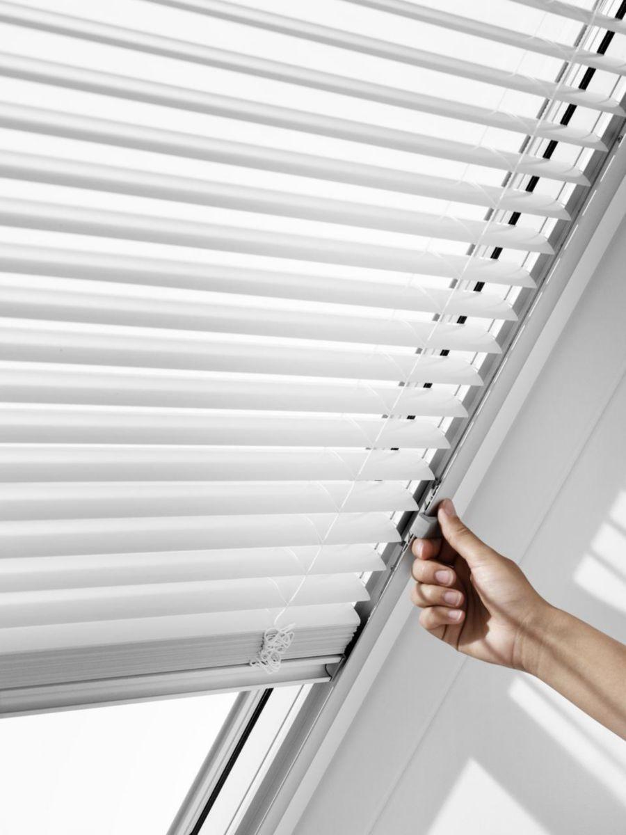 velux - store vénitien manuel pal pour fenêtre de toit pk06 94x118