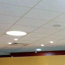 Dalles plafonds plafonds pl tre isolation ite - Comment poser des moulures en polystyrene au plafond ...