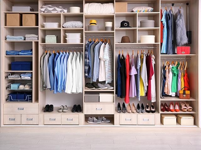 Dressing remplis de vêtements