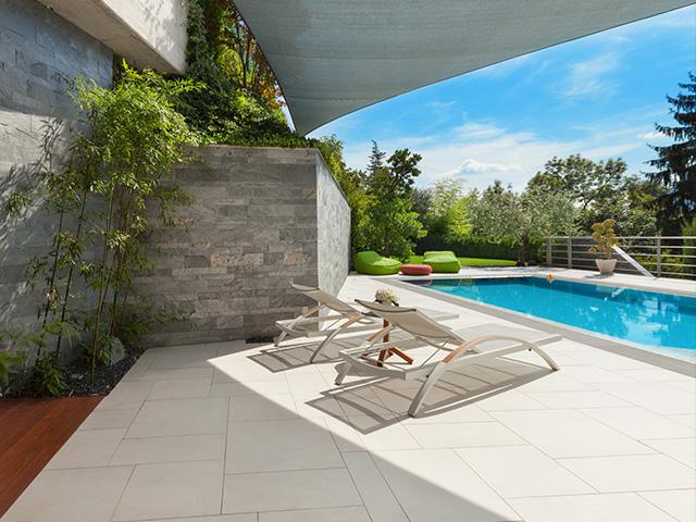 Terrasse avec dalles en pierre et piscine