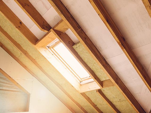 Comble aménagé en cours d'isolation avec fenêtre de toit