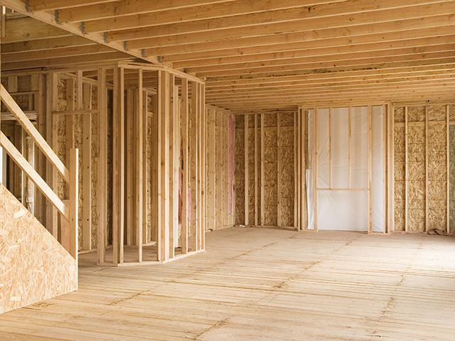 Ouvrier qui pose un plancher en bois