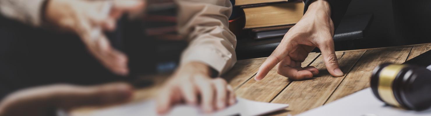 table avec plans, un conseiller et un client