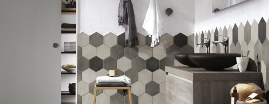 Salle de bain avec carrelage hexagonal en nuances de gris