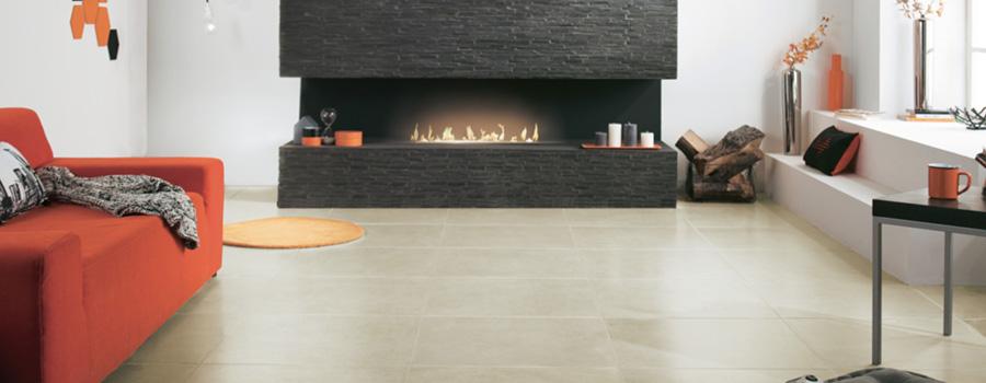 Salon moderne avec cheminée et carrelage au sol