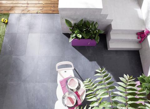 Terrasse en ardoise, pierre naturelle aux teintes sombres