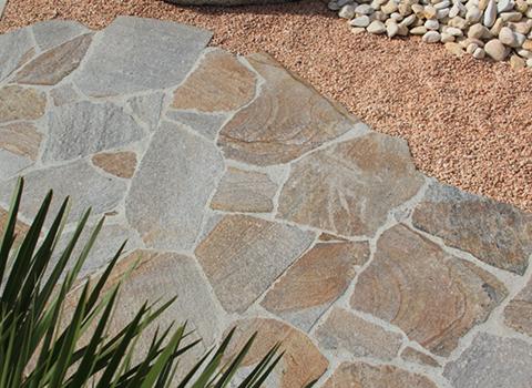 Terrasse en gneiss, une pierre naturelle rustique