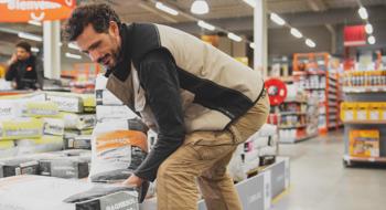 Vendeur portant un sac de poudre