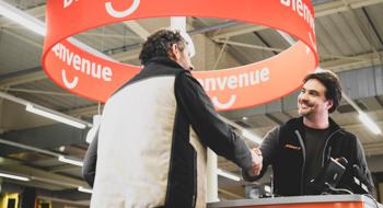 Client et vendeur se serrant la main à un comptoir Point.P