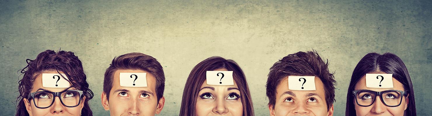 Groupe de personnes avec stickers en forme de point d'interrogation sur le front