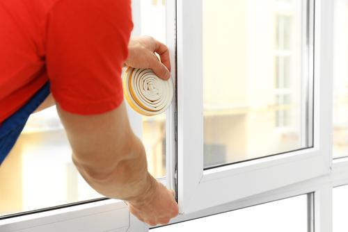 Rénovation des fenêtres : application d'un joint isolant sur une fenêtre