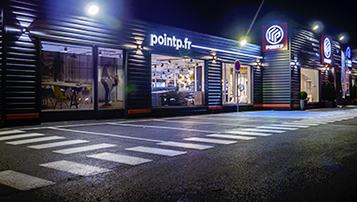 Façade de showroom Point.P de nuit