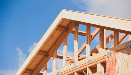 Pignon et charpente de maison en bois