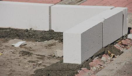 Blocs de béton cellulaire posé sur un sol en terre