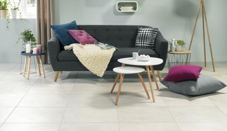 Salon moderne avec carrelage grand format couleur pierre