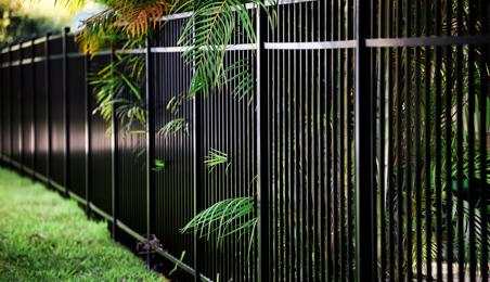 Clôture métallique noire