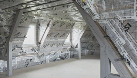 Membranes d'étanchéité à l'air posées dans des combles en cours d'aménagement