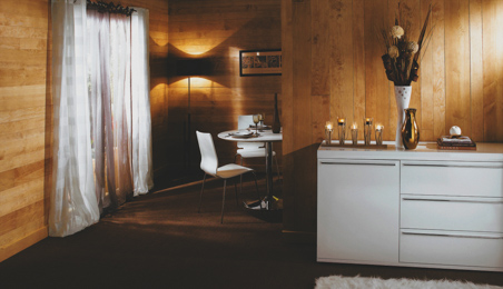Salon avec murs en lambris de bois teinte nautrelle