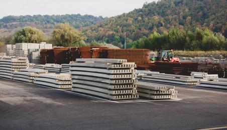 Matériaux de construction sur une zone de stockage en piles nettes