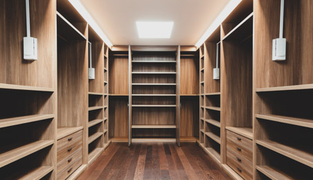Grand dressing en bois vide