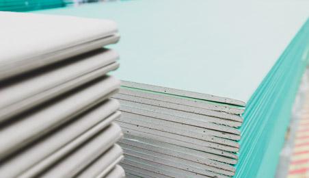 Pile de plaques de plâtre standard et hydrofuges