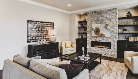 Salon chaleureux avec cheminée décorée de plaquettes de parement couleur pierre