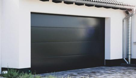 Porte de garage sectionnelle en acier noir