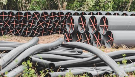 Tuyaux d'adduction d'eau entreposés sur un chantier
