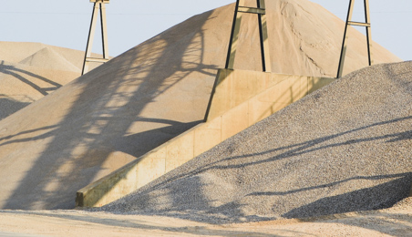 Tas de sables dans une zone de stockage