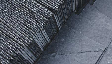 Ensemble d'ardoises naturelles posées au sol ou en ligne