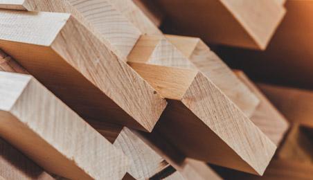 Planches de bois brut