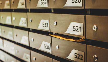 Ensemble de boîtes aux lettres dans un hall d'immeuble
