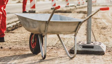 Brouette à une roue en alu sur un chantier