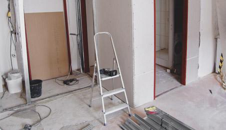 Cloison en carreaux de plâtre avec escabeau et rails posés à côté