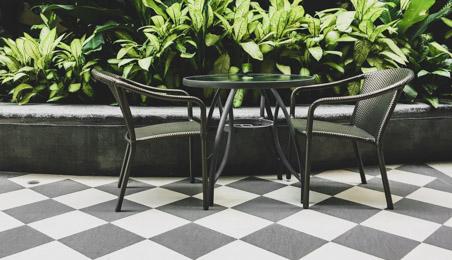 Terrasse carrelée en damier noir et blan