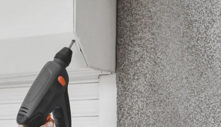 Coffre de volet en PVC en cours de pose