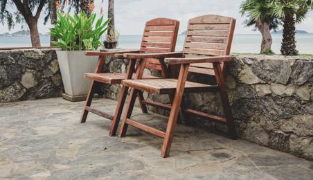 Terrasse en pierre naturelle avec deux chaises en bois
