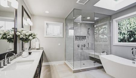Salle de bains moderne, douche à l'italienne, baignoire sur pieds blanche