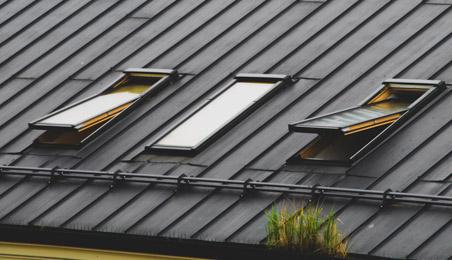 Trois Velux sur un toit métallique récent