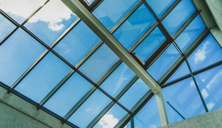 Grande verrière avec fenêtres ouvrant sur un ciel bleu