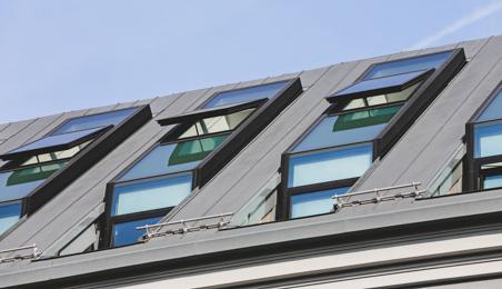 Ensemble de Velux sur toit en zinc