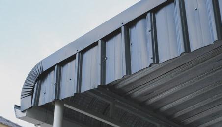 Bord de toit métallique arrondi avec écrous de fixation