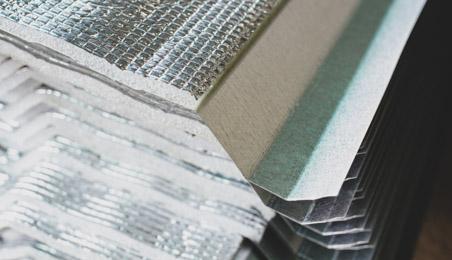 Panneaux d'isolant mince empilés