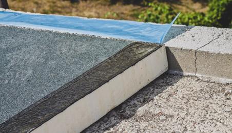 Panneaux d'isolants en cours de pose sur un toit terrasse