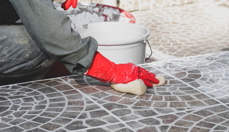 Carreleur nettoyant un dallage après la pose de joints