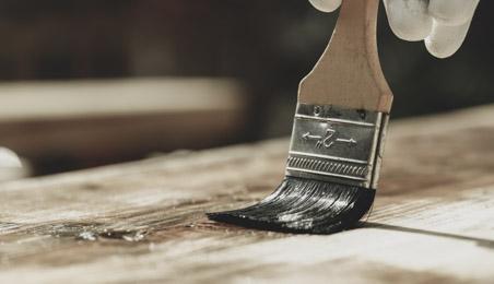 Lasure appliquée au pinceau sur une surface bois