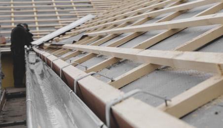 Liteaux en cours de pose sur un toit en construction