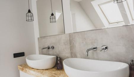 Vasques blanches sur un plan en bois clair