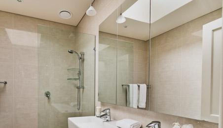 Miroir de salle de bain au-dessus de lavabos blancs
