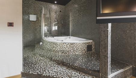 Salle de bain avec murs et sol en mosaïque